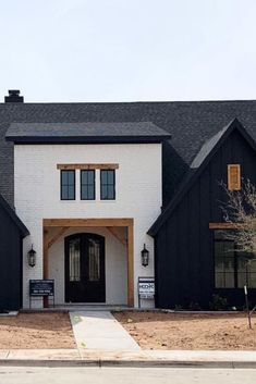 Modern farmhouse exterior paint color combinations you'll love! Create a farmhouse style exterior on your home with these awesome paint color ideas! Best House Colors Exterior, Best Exterior Paint, House Paint Exterior, Exterior Paint Colors, Modern Farmhouse Exterior, Modern Farmhouse Style, Farmhouse Decor, Exterior Paint Color Combinations, Light Brick