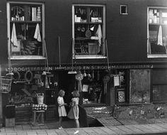 Winkel in drogisterijen, huishoud en schoonmaakartikelen aan de Stromarkt 1, Amsterdam, 5 augustus 1948 Foto Ben van Meerendonk