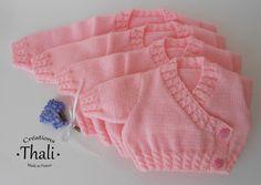 Un petit gilet en forme de cache cœur, tricoté en jersey et dont toutes les bordures sont des torsades. Ce modèle est uni-sexe.