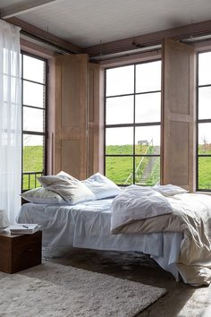 Bittersweet – you hear it, and your imagination comes alive. The collection from CF by Christian Fischbacher is like the perfect short romance: simple and carefree. As are all the designs of the Bittersweet range on the pre-washed, easy-care Casual Percale cotton. The Bittersweet unisex bed linen in modern, powdery chalk tones – such as Fresh Lemonade, Blue Lagoon and Morning Sky – comes as double sided material. Siding Materials, Linen Bedding, Bed Linen, Breakfast In Bed, Simple, Morning Sky, Interior, Modern, Blue Lagoon