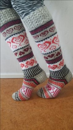 Neulotut Sinikan sydänsukat Novita 7 Veljestä | Novita knits Crochet Socks, Knitting Socks, Hand Knitting, Knit Crochet, Knitting Charts, Knitting Patterns, Diy Crafts Knitting, Patterned Socks, Stocking Tights
