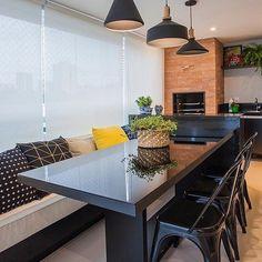 Varanda perfeita para receber os amigos {} O sofá é uma forma bem charmosa de juntar os amigos ao redor da mesa { Projeto Maria Antônia Castro }