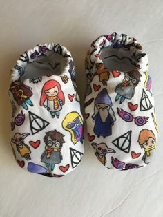 Harry Potter baby booties are perfect for newborns up to new walkers! With a soft fleece sole, cotton flannel on the inside and lightweight cotton fabric on the outside, these baby shoes are a perfect addition to your babys wardrobe.  HOW TO ORDER:  ►SOLE COLOR: All sizes will come with standard black faux suede soles unless a different sole is chosen. You may choose to add on white,brown or lavender faux suede soles. Black, white and pink non slip grip soles are also available to add on for…