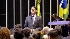 """Cid Gomes deixa o Palácio do Planalto e informa que pediu demissão - Ministro da Educação pediu que deputados """"larguem o osso"""" e ainda disse preferir ser chamado de mal educado do que de achacador. Eduardo Cunha prometeu processá-lo."""