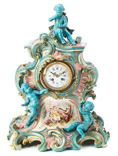 Reloj de sobremesa francés estilo Rococó en porcelana de París tipo Sèvres, de finales del siglo XIX-primer tercio del siglo XX