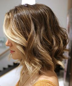 Who says balayage highlights are only for long hair? They look equally great on short hair as well. There are a couple of ways in which you can style your balayage shoulder length hair. Medium Short Hair, Short Hair Cuts, Short Hair Styles, Short Wavy, Short Blonde, Dark Blonde, Medium Layered, Long Curly, Blonde In Front