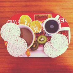 """Colazione:  Titolo: """"questione di rotondità"""" Composizione: 4 #gallette di riso (+1 finale perché erano sottili) Caffè d'orzo #soymilk al malto d'orzo Un #kiwi Un' #arancia  #buongiorno #goodmorning#breakfast #colazione #diarioalimentare #dca#bingeating #bingeeating #famenervosa #oryzafood#diet#dieta#healty #healtyfood #vegan #veganfood #goodfood#fruit#frutta#freshfruit#depression#depressione#orange#rise#nomilk#lesssugar"""