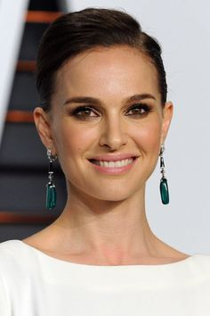 A sleek updo and warm smoky eye look is all the actress needed to turn heads at the Vanity Fair Oscars party. Makeup artist Fiona Stiles used a mix of matte liner and shimmery shadow to create Natalie's brown smoky eye. One of her key products for the night was the Diorshow Kohl Pencil ($32) in Smoky Brown.                   Source: Getty / Jon Kopaloff Natalie Portman Oscar, Celebrity Eyebrows, Celebrity Makeup Looks, Celebrity Style, Sleek Updo, Oscar Dresses, Gorgeous Makeup, Wedding Makeup, Bridal Makeup