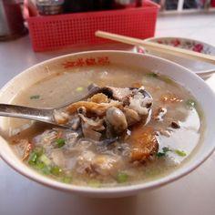 綜合鹹粥,鮮蚵、魠魚、虱目魚一口嚐的絕妙台南早餐。@阿堂鹹粥 #Gruel mixed with #Oyster , #fish #Tainan #breakfast #food #Taiwan