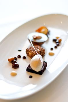Candied Spanish Peanuts, Smoked Chocolate Pudding, Peanut Butter Nougat and Graham Cracker Ice Cream. Fancy Desserts, Just Desserts, Food Design, Dessert Restaurant, Kreative Desserts, Dessert Mousse, Modernist Cuisine, Food Places, Molecular Gastronomy