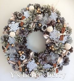 ☆☆ Y's X'mas wreath ☆☆ 松カサに色々な色のゴールドをスプレー、ホワイトスプレーをして土台を作っています。たくさんの実...|ハンドメイド、手作り、手仕事品の通販・販売・購入ならCreema。
