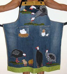 Avental feito de calça jeans com aplicações de galinhas d´angola.  Outros desenhos sob consulta. Acabamento em viés e alça em tecido. O valor pode variar para mais ou para menos de acordo com o desenho escolhido. R$129,80