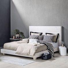 Om søndagen må man gerne blive længe i sengen ❤️ Se hvordan du skaber et glamourøst soveværelse på boligmagasinet.dk ✨ #sovlænge #soveværelse #glamour #boligmagasinet