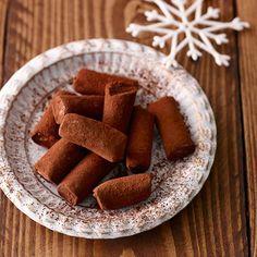 Suklaiset konjakkitryffelit aikuiseen makuun Lollipop Candy, Candy Cookies, Christmas Presents, Candies, Sausage, Sweets, Snacks, Chocolate, Baking