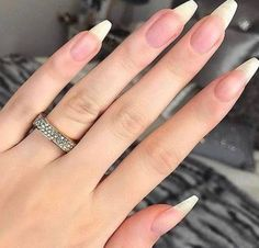 On average, the finger nails grow from 3 to millimeters per month. If it is difficult to change their growth rate, however, it is possible to cheat on their appearance and length through false nails. Acrylic Nails Stiletto, Summer Acrylic Nails, Glitter Nails, Summer Nails, Stylish Nails, Trendy Nails, Natrual Nails, Long Natural Nails, Wedding Nail Polish