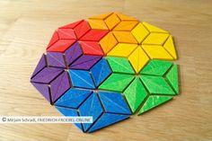 Das kann man mit den Spielgaben alles Schönes machen:  Ein Mandala in den Farben des Regenbogens mit ineinander übergehenden Sternen aus halben Rauten - tolle Spielidee für Kindergarten und Grundschule