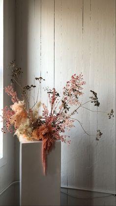 Ikebana Arrangements, Dried Flower Arrangements, Dried Flowers, Modern Wedding Flowers, Wedding Flower Inspiration, Floral Arch, Floral Bouquets, Wedding Table Centerpieces, Flower Centerpieces