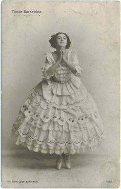 Ballet dancer wearing a costume with layers of ruffles Vintage Photos Women, Vintage Pictures, Vintage Photographs, Vintage Images, Vintage Ladies, Theatre Costumes, Ballet Costumes, Historia Do Ballet, Ana Pavlova