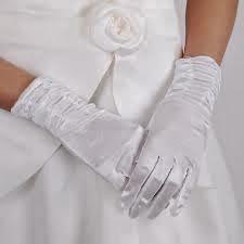 Los Secretos de Samarkanda Tulle Wedding, Lace Weddings, Bridal Lace, Winter Weddings, Wedding Gloves, Winter Wedding Inspiration, Lace Gloves, French Lace, Pearl White