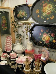 """Brimfield - One of the largest, most famous """"yard sales"""" in the U. Antique Booth Displays, Antique Booth Ideas, Fair Day, Painted Trays, Store Displays, French Decor, Tole Painting, Yard Sales, Wall Decor"""