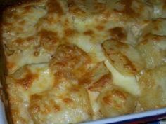 Cartofi gratinati la cuptor cu smantană, ierburi aromatice si cascaval