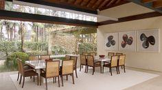 Decoração, design de interiores, decoração de casa, plantas, plantas na decoração, ambientes integrados, casa de campo, transparência, sala de jantar, quadro, obra de arte, mesa branca, mesa de jantar.