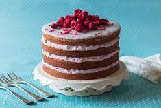 V současné době jsou v módě tzv. nahé dorty. Jsou to dorty, kde se cukráři nesnaží zakrývat boky dortů krémem nebo marcipánem, ale nechávají vyznít jednotlivá patra. O dokonalé nakrájení se postará struna na krájení dortů. Perníkový korpus je promazán krémem z mascarpone a ochucený malinami. Velvet Cake, Red Velvet, Cheesecake, Pasta, Recipes, Mascarpone, Syrup, Cheese Cakes, Recipies