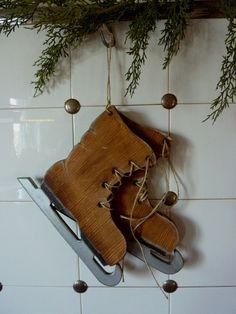 Schlittschuhe (ca. Primitive Christmas Ornaments, Christmas Wood Crafts, Prim Christmas, Wood Ornaments, Christmas Decorations, Natural Wood Crafts, Bear Decor, Christmas Shows, Theme Noel