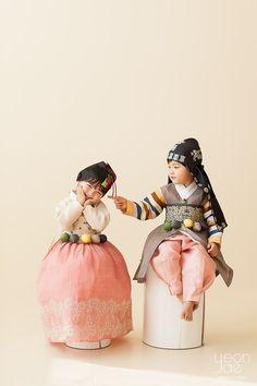 올해도 어김없이 어제 첫눈이 내렸네요. 매년 첫눈이 내리는 날이 기다려지듯이 연재의 새로운 시즌도 많은... Korean Traditional, Traditional Fashion, Traditional Dresses, Cute Kids, Cute Babies, Baby Birthday Decorations, Modern Hanbok, Creative Portrait Photography, Korean Babies