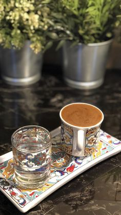 Coffee Latte, My Coffee, Coffee Drinks, Coffee Time, Coffee Cups, Black Coffee, Coffee Presentation, Food Snapchat, Gastronomia