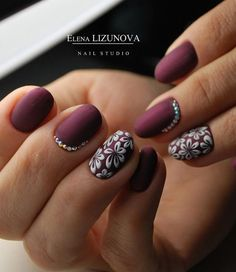 White color is somehow back in a big way in the world of manicures. And this winter you can use it for decoration one or two nails of both hands. If you add a little rhinestones as it is in the photo you will get rich manicure.