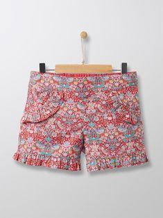 Liberty florals have left demure little looks behind and slipped into summer closets with these colourful fanciful shorts for bohemian chic. Floral Shorts, Patterned Shorts, Short Fille, Liberty Art Fabrics, Zara, Houndstooth, Kids Fashion, Short Dresses
