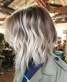 Blonde Balayage Kurze wellenförmige Töne Natürliche Farbtöne