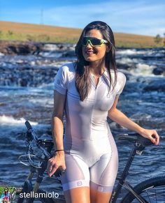 The advantage of a specialised cycling jersey or top is that it's created with the particular motion of a cyclist in mind. Our choices are crafted wit. Bicycle Women, Bicycle Girl, Radler, Female Cyclist, Cycling Girls, Cycle Chic, Bike Style, Cycling Outfit, Cycling Clothes