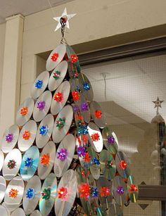 Aunque las Navidades de este año ya han llegado a su fin no puedo resistirme a compartir una segunda parte de los Arboles Navideños, en est...