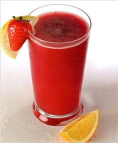 JUGO ROJO. Contiene muchos antioxidantes , ayudan a retrasar el proceso de envejecimiento. También posee taninos, potasio, magnesio, sodio y calcio. Todos ellos son muy importantes para tener una buena salud. Se debe tomar diariamente por las mañanas. Jugo de 2 limones , 1 cda de miel, 6 fresas, 2 rebanadas o rodajas de piña, 1 taza de uvas picadas. Colocar la fruta una licuadora hasta que todas esten bien mezcladas. Después se combinan con el jugo de limón y se agrega la cda de miel.