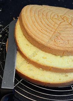 A featherweight sponge cake - Cuisine - Receitas para cozinhar - Desserts Sweet Recipes, Cake Recipes, Dessert Recipes, Bolo Genoise, Sponge Cake, Genoise Sponge, Food Cakes, Cake Decorating, Food And Drink