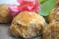Äppelfrallor - nattjästa med dinkel, helt fantastiskt goda och enkla frallor som jäser över natten i rumstemperatur. Bästa brödet till frukost. Hamburger, Biscuits, Victoria, Bread, Baking, Food, Crack Crackers, Cookies, Bakken