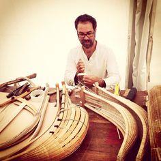 Rencontre avec le fils de la famille Gonzalez d'Anglet au #PaysBasque qui fabrique et restaure des #chisteras et des gants de #pelote #basque #artisanat #tradition #transmission #euskadi