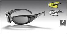 Hollister   Die perfekte Bikerbrille     Superleichter, abgerundeter Flexrahmen aus Polycarbonat   für perfekten Halt auf jedem Gesicht,   gepolsterte Innenauflage für bequemen Sitz, UV-Protektion,   CE3-Filter, Polycarbonatgläser, eng anliegend und belüftet.   Wahlweise mit Seitenbügeln oder Strechband tragbar.   Innenrahmen auswechselbar und mit optischen Gläsern verglasbar   (frag Deinen Optiker).   Lieferung mit drei Paar Linsen: smoke, yellow, clear     Lieferung in einem…