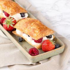 Op zoek naar een last-minute, makkelijk en snel te maken, Moederdag gebakje? Check dan snel dit recept voor bladerdeeg gebakje met vers fruit. Makkelijker en lekkerder kan haast niet. A Food, Food And Drink, Vers Fruit, Sweet Recipes, Creme, Bakery, Oven, Strawberry, Dinner