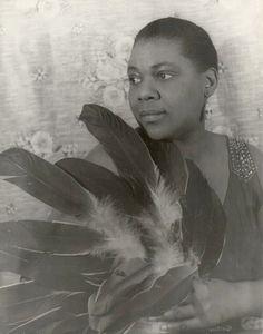 * Bessie Smith * Em 03/Fevereiro/1936. Cantora de 'Blues' dos Estados Unidos. (Chattanooga, Tennessee, 15/Abril/1894 - Clarksdale, Mississippi, 26/Setembro/1937).