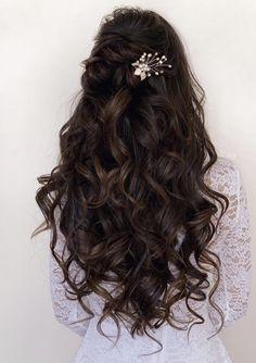 Quince Hairstyles, Prom Hairstyles For Long Hair, Fancy Hairstyles, Long Curly Hair, Curly Hair Styles, Wedding Hairstyles For Curly Hair, Simple Elegant Hairstyles, Elegant Wedding Hairstyles, Hairstyles For Weddings Bridesmaid