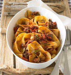 Rezept für Papardelle mit Hacksugo bei Essen und Trinken. Ein Rezept für 2 Personen. Und weitere Rezepte in den Kategorien Gemüse, Nudeln / Pasta, Rind, Schwein, Alkohol, Hauptspeise, Braten, Kochen, Italienisch, Einfach, Klassiker.