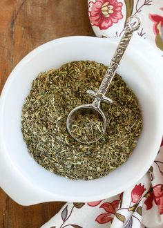 It's so easy to make your own Homemade Italian Seasoning Blend! You can also add 1 tbsp of dried savory to make it like Mc Cormick's italian seasoning. tsp of garlic & onion powder can be added as well, make this recipe yours & to your liking. Homemade Italian Seasoning, Homemade Spices, Homemade Seasonings, Chutney, Spice Mixes, Spice Blends, Soup Mixes, Curry, Seasoning Mixes