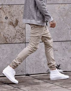 Vans blanches montantes, sweatpant beige et sweat gris #mode #look #casual #sweatpant #streetstyle #style #streetfashion #fashion #outfit