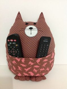Almofada Gatinho, cat pillow We need this in our house, as we can never find the remotes. Fabric Crafts, Sewing Crafts, Sewing Projects, Sewing Pillows, Diy Pillows, Pillow Ideas, Cushions, Cat Crafts, Kids Crafts