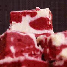 """Десерт """"Красный бархат"""" Ингредиенты:  Шоколадная стружка - 1 стакан  Пищевой краситель (красный) - 3 ст.л.  Сливочное масло - 3/4 стакана  Сливки - 2/3 стакана  Сахар - 3 стакана  Белый шоколад - 1 1/2 стакана Зефир - 200 гр.  Растительное масло для смазывания формы   Приготовление: Смешайте пищевой краситель с кусочками шоколада в миске.  В кастрюле растопить масло со сливками на среднем огне. Добавьте сахар и держите на огне до тех пор, пока смесь не превратиться в пену.  Добавьте белый…"""
