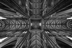 Es la iglesia de coronación desde 1066 y lugar del descanso final de diecisiete monarcas. Aparte de sus tesoros y su importancia dentro de la historia británica sigue siendo principalmente un lugar de culto con 28 servicios cada semana