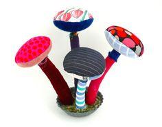"""Pour Sonia : 4 champignons sur socle en métal, et 3 """"visages-fleurs"""" : Décorations murales par un-radis-m-a-dit   et   page https://www.facebook.com/clairefabrications Champignons en tissu ."""